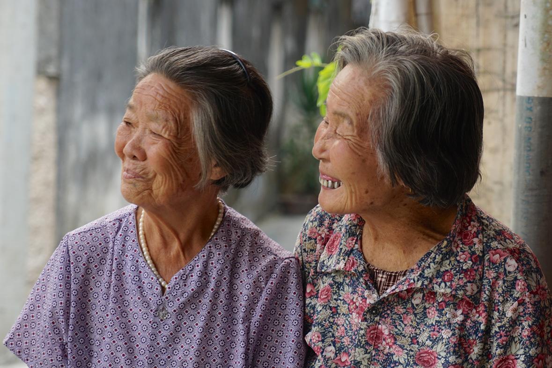visage de deux personnes souriantes